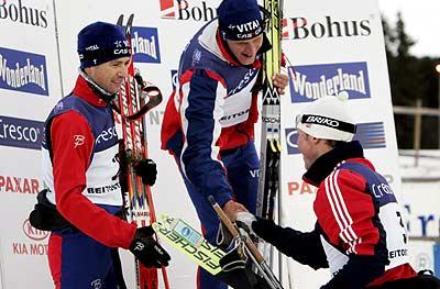 Frode Estil gratulerer Lars Berger og Ole Einar Bjørndalen (Foto: Scanpix/Thor Richardsen)