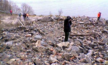Fleire tusen kubikkmeter stein og jord sperrar vegen her ved Grytneset i Sunndal. (Foto: Roar Strøm, NRK)