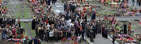 SØRGEPERIODEN ER OVER: 13. oktober samlet de mange etterlatte seg på kirkegårder i Beslan, for å markere at den tradisjonelle 40 dager lange sørgeperioden for de mange døde, var over. (Foto: Ivan Sekretarev/AP)