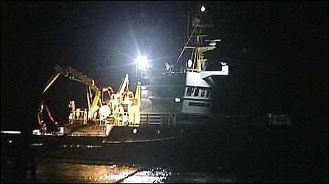 Leitinga med dykkarar og redningsskøyta «Platou» starta opp att i dagslyset. (Foto: Steinar Lote, NRK)