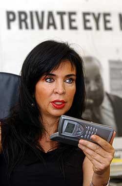 Privatetterforsker Miriam Tomponzi forklarte på en pressekonferanse i fjor at 87 prosent av italienernes sidesprang avsløres av mobiltelefonen. Noe en ny foreslått SMS-skatt kanskje kan endre på. (Foto: AP/Scanpix)