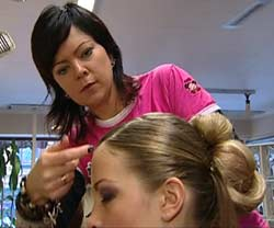 Grethe Helen Sagmoen i aksjon med modell Katrine Falkenberg. (Foto:NRK)