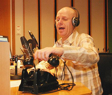 Thoresen, værsågod!: Espen Thoresen tar telefonen og slår av en prat med folk i NRK P1 torsdagskveldene. (Foto: Jon-Annar Fordal)