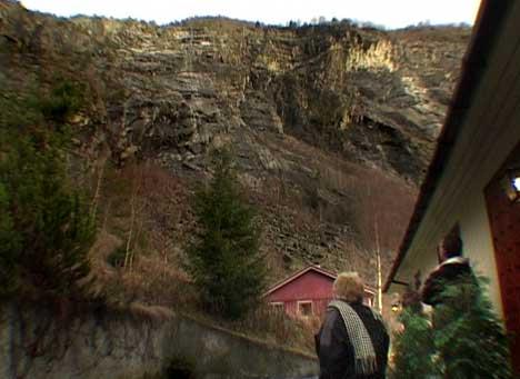 Trugande fjellsider over huset til ekteparet Fossøy. Foto Arve Uglum NRK.