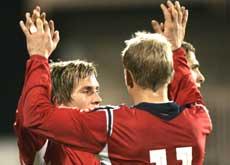 Morten Gamst Pedersen og Steffen Iversen feirer Norges mål (Foto: Scanpix)