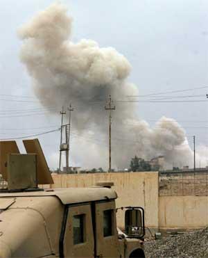 Kraftige eksplosjoner i Falluja i dag, der amerikanske soldater kjemper for å få kontroll over byen. (Foto: Reuters/Scanpix)