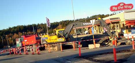 Byggingen av bomstasjonene er i full gang ved den gamle Svinesundbrua. Bommer på svensk og norsk side skal være ferdig til juni 2005. Foto Rainer Prang, NRK.