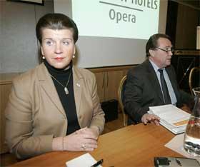 TILLIT: Randi Flesland fikk i går tillit av styreleder Anders Talleraas (til høyre). Det reagerer SV på, og mener styret i Avinor bør gå av. (Foto:Lise Åserud / SCANPIX )