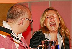 Latterdøra på vid vegg: Linn Skåber t h og Finn Bjelke. (Foto: Jon-Annar Fordal)