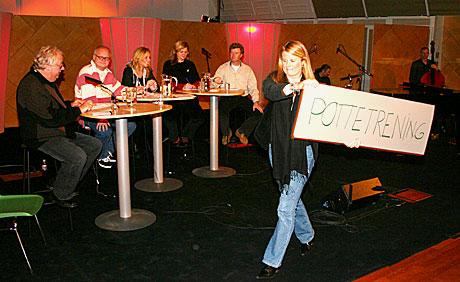 """Bilde: Knut Borge t v forsøker å holde styr på Finn Bjelke, Linn Skåber, Anne Lindmo og Øystein Bache når de forsøker å komme fram til ordet """"pottetrening"""" på 20 spørsmål. (Foto: Jon-Annar Fordal)"""