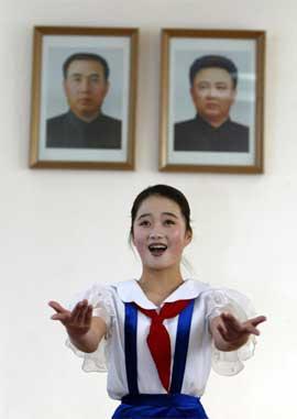 Dyrkinga av Kim Jong-Il og Kim Il-Sung når nye høgder i Nord-Korea. (Reuters/Scanpix-foto)