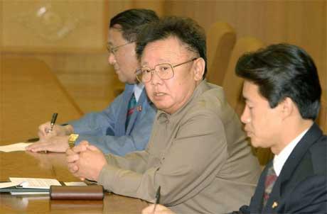 Nord-Koreas øvste leiar Kim Jong-il ( i midten) har varsla at landet har auka sitt arsenal av atomvåpen. (Foto: AP/Scanpix)