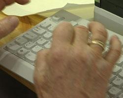 Mange av de pårørende som deltar i IKT-prosjektet, har aldri tatt i en PC før. Foto: NRK, Kjell Herning.