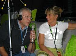 Scenograf Kathrin Bjørnstad blir intervjua før generalprøva av Dag Åsmund Larsson. (Foto: Tone Merete Tho/ NRK)