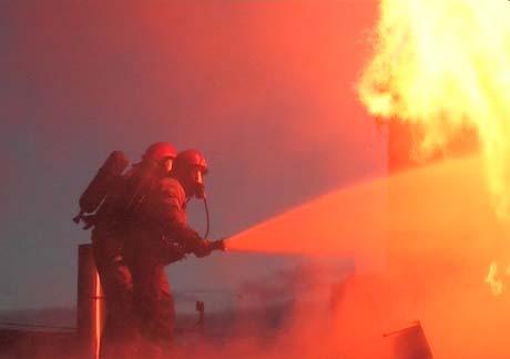 Brannen ble slukket på en time, men det var en stund usikkert om noen var inne i bygningen da det begynte å brenne. Foto: Tor Keiser.