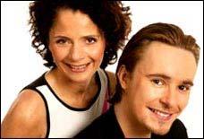 Nadia Hasnaoui og Stian Barsnes Simonsen leier showet. (Foto: NRK)