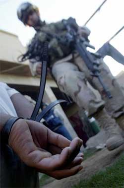 En amerikansk soldat med en irakisk fange i Ramadi i dag. (Foto: Scanpix / AFP)