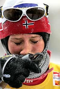 Gledestårer etter seieren i Gällivare. (Foto: Scanpix/Anders Wiklund)