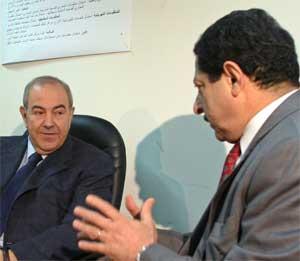 Statsminister Ayad Allawi (t.v.) i diskusjon med valgkommisjonens Farid Ayar. (Foto: Scanpix / AP)