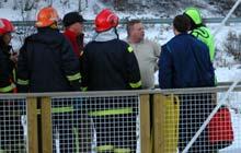 Den siste som ble reddet i land snakker med redningsmannskapet. (Foto: Arve Danielsen, Fjuken/NRK)