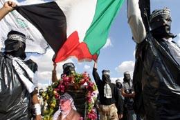 Maskerte palestinere paraderte til støtte for Arafat i Jenin i dag.