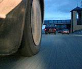 Støvet virvles opp fra pigg-dekkene. Foto: NRK.