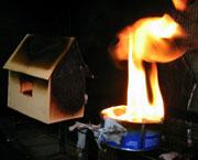 Eksisterende flammebeskyttende midler avgir giftige gasser. Foto: NRK.