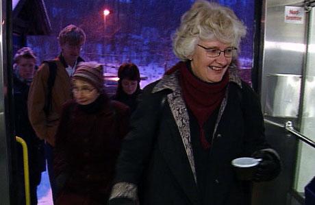 De reisende var fornøyde med at de igjen kunne ta Kolsåsbanen. Foto: NRK