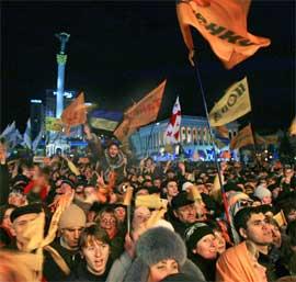 DEMONSTRASJONER: Flere tusen ungdommer demonstrerte i hele natt mot valgresultatet, og krevde at sannheten måtte vinne. (Foto: AP Photo/Alexander Zemlianichenko)