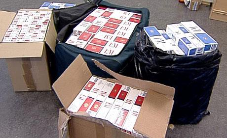 I tillegg til mange tusen liter alkohol, fant tollvesenet over 70 000 sigaretter i smuglernes biler. (Illustrasjonsfoto)