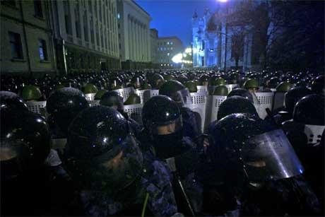 Opprørspoliti vokter presidentens kontor i Kiev. (Foto: AP/Scanpix)