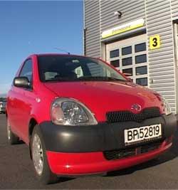 Vi ville se hva vi kunne få for en rød, to-dørs Toyota Yaris, 2000-modell. (Kjørt 54 000 km, 1 liters motor)
