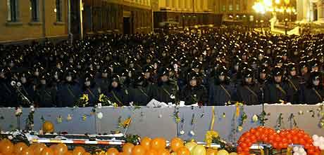 Opprørspolitiet vokter en gate i Kiev ved presidentbygningen. Foto: Genya Savilov, AFP