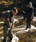 Fisken lammes etter at den er fanget. Jo Hallvard Halleraker t.h. Foto: NRK.