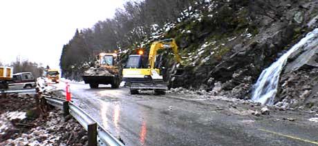 Ev 136 ved Måndalen ble åpnet i ett kjørefelt klokka 0930. Ryddingen fortsatte. (Foto: Bernt Baltzersen, NRK)