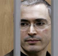 Mikhail Khodorkovsky i tiltaleboksen i Moskva i høst. (Foto: AFP/Scanpix)