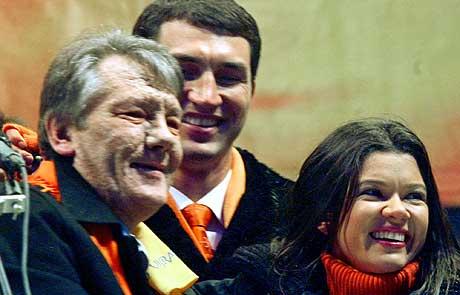 Kulturpersonligheter støtter opposisjonsleder Viktor Yushchenko. Her ved tidligere tungvekstmester i boksing, Wladimir Klitschko og Ruslana. Foto: Reauters