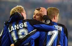 Rune Lange gratuleres etter matchvinnermålet i UEFA-cupen. (Foto: AP / SCANPIX)