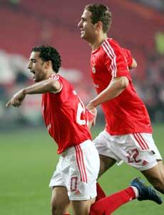 Azar Karadas feirer målet sammen med Simao Sabrosa. (Foto: REUTERS / SCANPIX)
