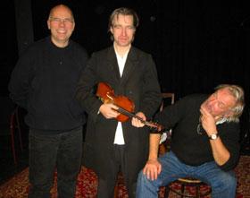 Skodespelar Per-Øyvind Berg, musikkansvarleg Dag Braathen (t.v.) og instruktør Jo Skjønberg. (Foto: Joar Elgåen / NRK)