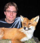 Bård Stokke har doktor-grad i biologi, her med en annen luring i skogen. Foto: NRK