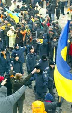 Jusjtsjekno-tilhengjarar helsar velkomen ei gruppe unge militærkadettar som har slutta seg til dei. (Foto: Reuters/Scanpix)