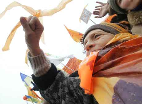 Dei oransje banda og flagga har vorte symbolet på det folkelege opprøret i Ukraina. (Foto: Reuters/Scanpix)