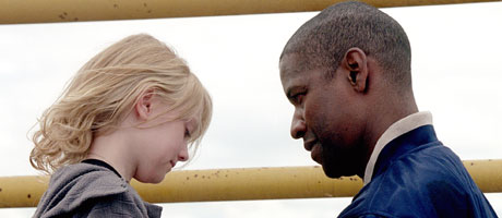 Denzel Washington og Dakota Fanning. Foto/Copyright: FOX FILM