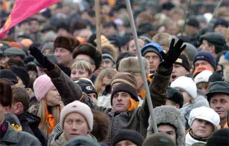 Det statlege fjernsynet i Ukraina viser no dei enorme demonstrasjonane mot regimet. (Foto: Reuters/Scanpix)