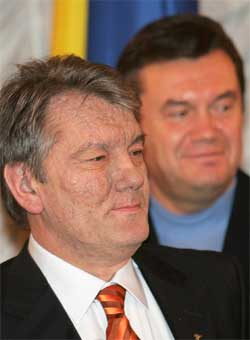 Opposisjonskandidat Viktor Jusjtsjenko (foran) og statsminister Viktor Janukovitsj strides om presidentvalget. (Foto: Reuters/Scanpix)