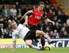 Blackburns Barry Ferguson i duell Fulhams Mark Pembrdige. (Foto: AP / SCANPIX)