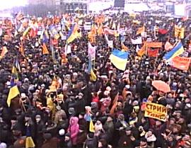 KIEV: Flere tusen demonstranter har holdt ut i over en uke på torget i Kiev i demonstrasjon mot valget forrige søndag. (Foto: Reuters)