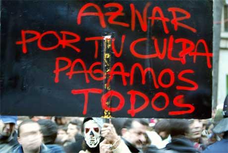 Aznar og hans regjering ble møtt med sterk kritikk etter terrorangrepene. Her fra en demonstrasjon i Madrid 13. mars. (Foto: AFP/Scanpix)