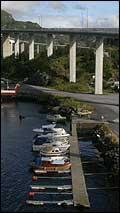 Båteigarane etterlyser sikring under Måløybrua. (Arkivfoto: Arild Nybø.)